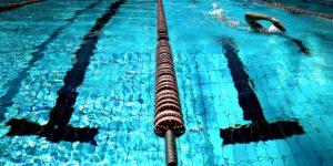 entrenamiento de natacion en piscina de verano
