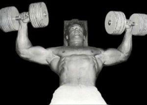Steve Reeves entrenando el pectoral